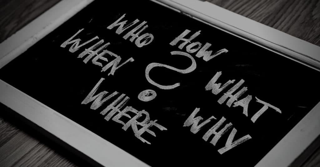 Verschiedene Fragen mit Fragezeichen auf schwarzer Tafel für den Beitrag ob eine eigene Homepage Sinn macht von M-Online-Solutions